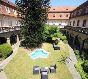 Innenhof mit Lounge Kloster Maria Hilf