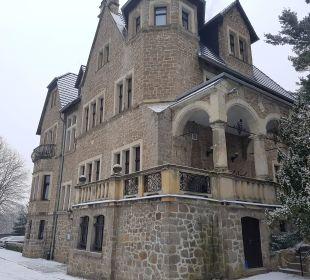 Am Eingang Schlosshotel Stecklenberg