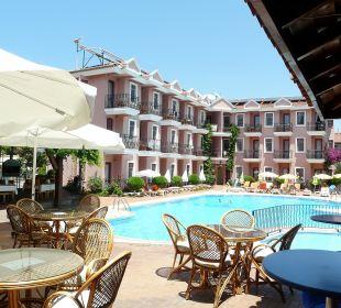 Von der Poolbar aufs hintere Hotelgebäude Hotel Günes
