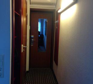 Zimmerflur und Garderobe art & business hotel