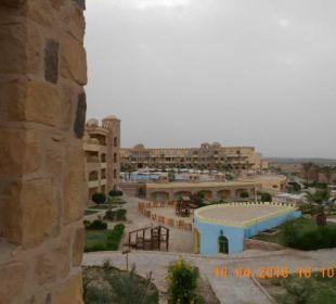 Blick vom Bungalow über Pool zum Haupthaus Hotel Utopia Beach Club