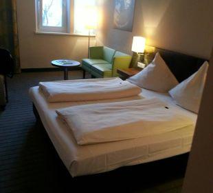 Das Bett ist groß und bequem, vor allem sauber NOVINA HOTEL Tillypark