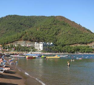 Strand mit feinem dunklen Sand Hotel Aqua