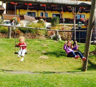 Teil des Spielplatzes vor dem Haupthaus Familotel Seitenalm