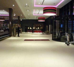 Eingangsbereich mit der Rezeption Leonardo Royal Hotel Munich