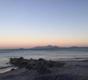 Hotel-Strand bei Sonnenuntergang Hotel Lagas Aegean Village