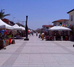 Markt auf der Promenade, rechts zum Strand Hotel Fortunella