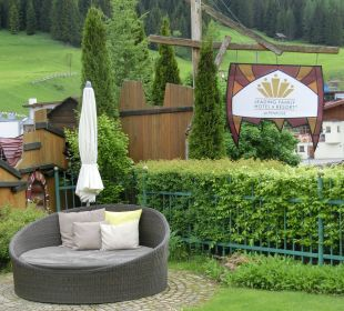 Schöne Relaxzonen im Garten Leading Family Hotel & Resort Alpenrose