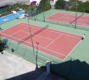 Großer Pool und Tennisanlage JS Hotel Cape Colom