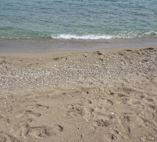 Übergang von Sand zu Kiesstrand Hotel Champion Holiday Village