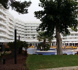 Gebäude mit kleiner Grünanlage Olimarotel Gran Camp de Mar