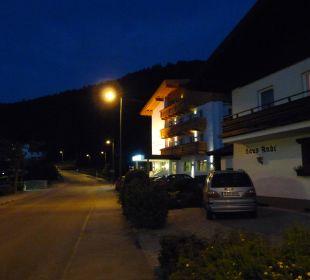 Haupteingang bei Nacht Hotel Vier Jahreszeiten