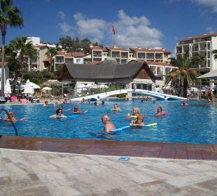 Großer Pool,im Hintergrund Spa-Bereich Barut Arum