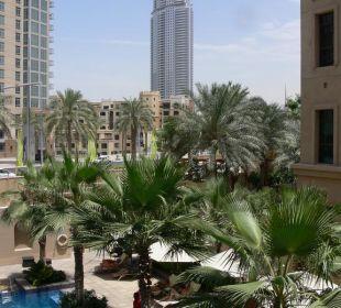 Blick auf Poolanlage und Stadt Vida Hotel Downtown Dubai