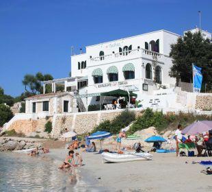 Blick vom Hauptstrand mit Sonnenschirmen Hotel Poseidon Bahia