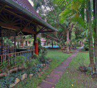 Garten Richtung Ausgang. Links das Restaurant Hotel Na Thai Resort