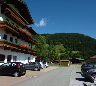Blick vom Parkplatz zur Straße Hotel Klausen