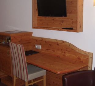 Der Schreibtisch und TV im Komfortzimmer 202 Hotel Trattlerhof