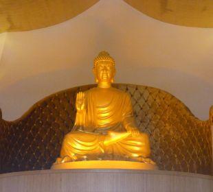 Buddha wacht am Eingang Hotel Royal Dragon