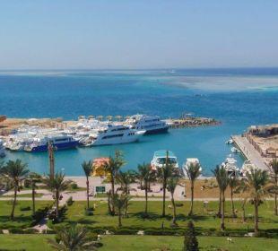 Blick von der Restaurant - Außenterrasse auf das M Hotel Hilton Hurghada Plaza