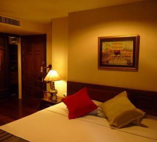 Doppelbett und Kleiderschrank mit Innenbeleuchtung Hotel Siam Heritage