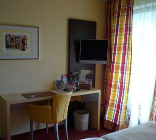 Schreibtisch und Flatscreen von Zimmer 2 Hotel Uhu Köln