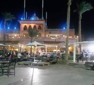 Blick auf Restaurant und Lobby am Abend
