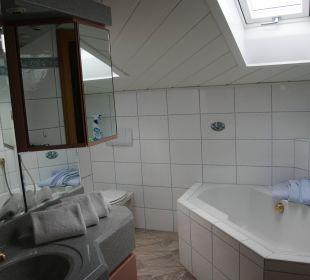 Das Bad mit Wanne und Dusche Landhaus Wildschütz