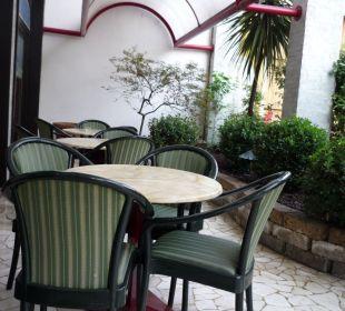 Kleine Aussenterrasse Hotel Tritone Venice Mestre