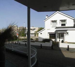 Ausblick vom Hoteleingang aus auf die Straße davor
