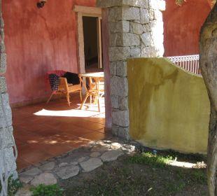 Blick vom Garten auf die Terrasse des Zimmers Hotel Cruccuris Resort