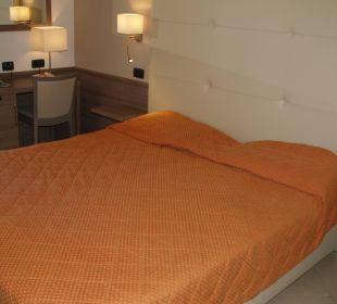 Łóżko i biurko Park Hotel Marinetta
