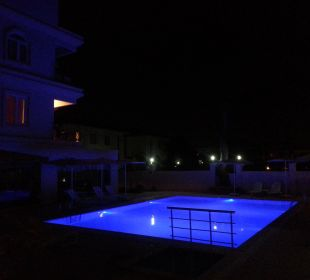 Pool bei Nacht Hotel Forest Park