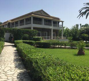 Eines der Hotelhäuser Hotel Acharavi Beach
