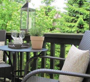Möblierter Balkon mit Blick in den Garten Country-Suites Landhaus Dobrick Am Schultalbach