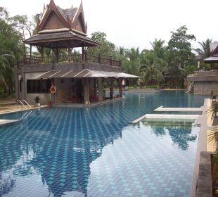 Große Poolanlage mit Poolbar Hotel Mukdara Beach Villa & Spa Resort