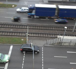 Blick auf die 6-spurige Straße vor dem Hotel Motel One Stuttgart