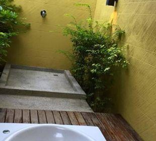 Außenbad mit Whirlpoolbadewanne und Dusche (kalt) Hotel Chong Fah Beach Resort