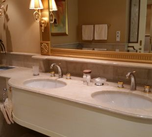 Grosses Bad mit Doppelwaschbecken Hotel Schwarzenstein