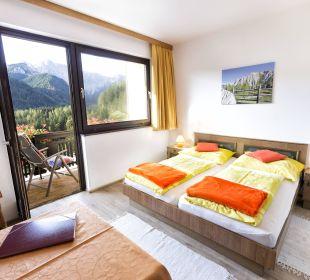 Doppelbettzimmer mit Balkon und Bergblick BergPension Lausegger