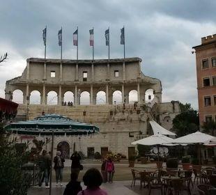 Blick Richtung Restaurants im Aussenhof Hotel Colosseo Europa-Park