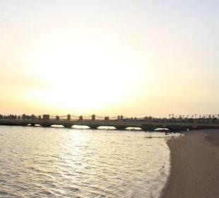 Schöner Strand frühmorgens mit Steg