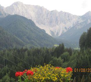 Morgendlicher Ausblick vom Zimmerbalkon BergPension Lausegger