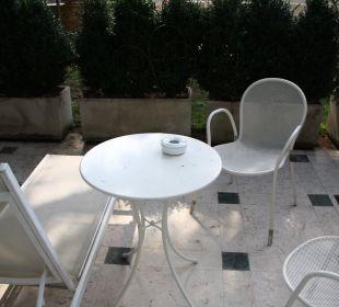 Blick aus dem Zimmer auf die Terrasse Hotel Sirmione e Promessi Sposi