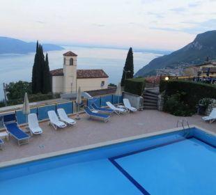 Blick auf Pool, Kirche St. Peter und See Hotel Bellavista