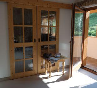 Heller Wohnraumbereich mit Schiebetür abgrenzbar Kronplatz-Resort Berghotel Zirm