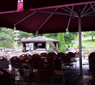 Der schön gestaltete Biergarten Dorint Sporthotel Garmisch-Partenkirchen