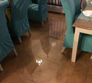 Bei Regen stand das Restaurant Unterwasser  Hotel BlueBay Villas Doradas