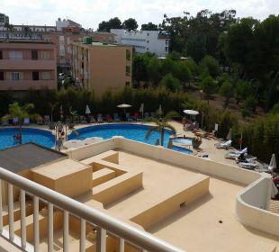 Blick vom Balkon auf den Pool im Innenhof Hotel JS Alcudi Mar