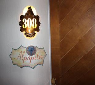Ein Blick zur Zimmertür Hotel Zugspitze